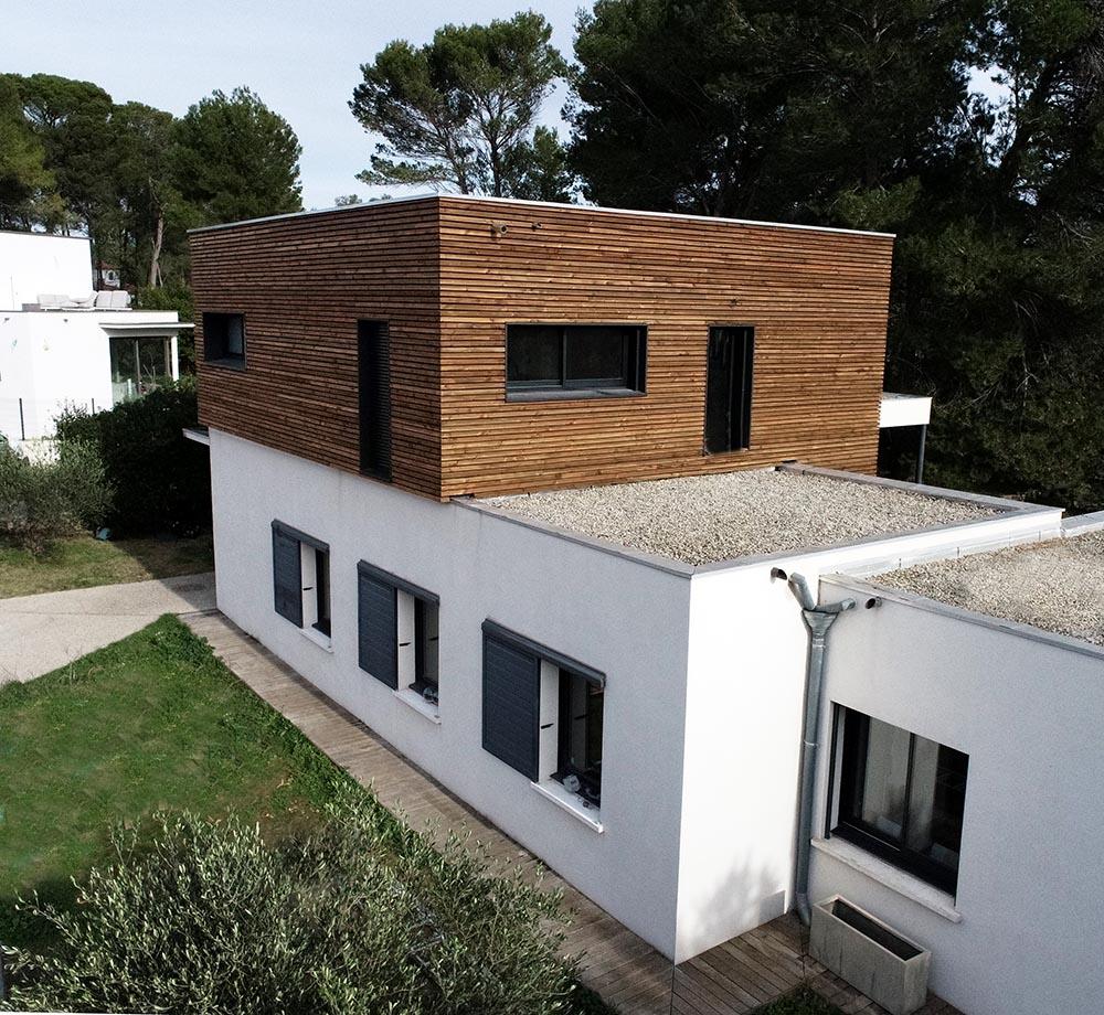 Rehausse maison contemporaine avec bardage à clair voie